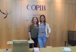 """Raquel Herrezuelo, coautora de la publicació """"Pioneres: dones que han obert nous camins"""" regala un exemplar del llibre al COPIB"""