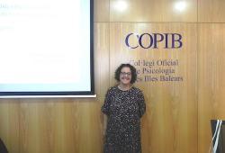 Sònia Justo comparteix la seva experiència d'intervenció psicològica amb pallassos d'hospital en una nova sessió clínica celebrada al COPIB
