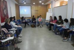 Alba Payàs comparteix experiència i coneixements en una magnífica formació que va abordar les claus per a acompanyar amb rigor a persones que travessen el dol